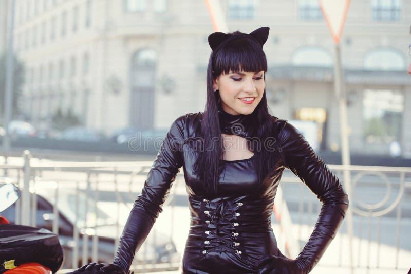 Κοστούμι ενός όμορφου νεαρού μοντέλου που φοράει στολή γάτας Καυτή σέξι μελαχρινή γάτα με στυλ γάτας γυναίκα μαύρη φετιασμένη δερ στοκ εικόνα με δικαίωμα ελεύθερης χρήσης