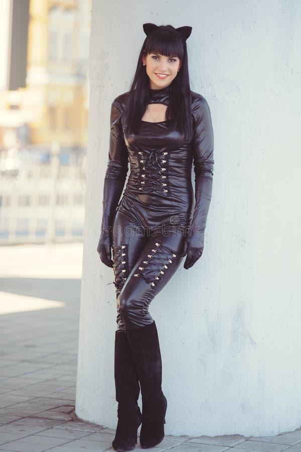 Κοστούμι ενός όμορφου νεαρού μοντέλου που φοράει στολή γάτας Καυτή σέξι μελαχρινή γάτα με στυλ γάτας γυναίκα μαύρη φετιασμένη δερ στοκ εικόνες