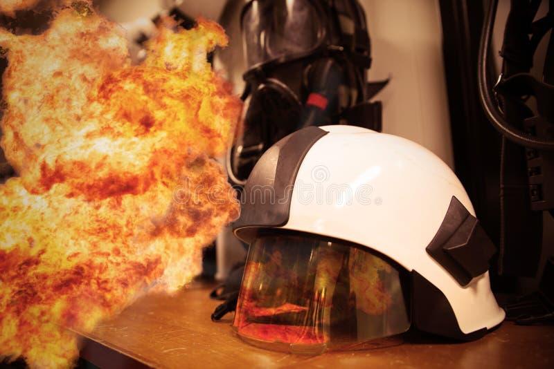 Κοστούμι και εξοπλισμός πυροσβεστών έτοιμοι για τη λειτουργία, δωμάτιο πυροσβεστών για το κατάστημα ο εξοπλισμός, εξοπλισμός προσ στοκ εικόνα με δικαίωμα ελεύθερης χρήσης