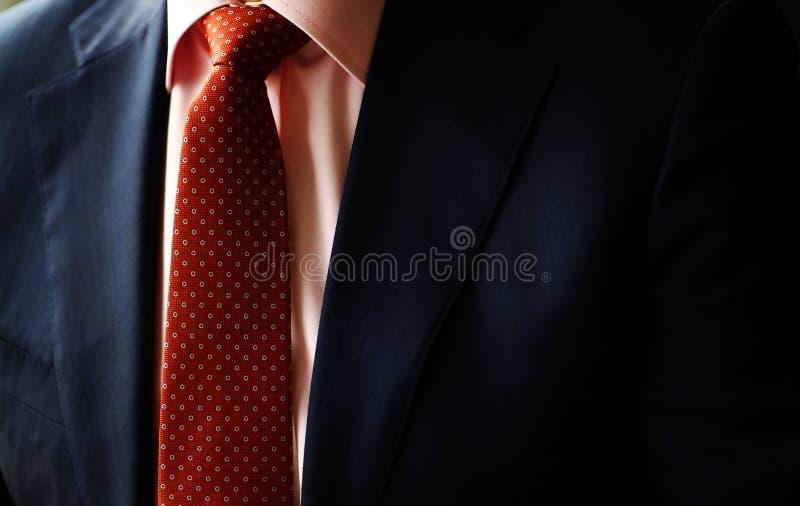 Κοστούμι και κόκκινος δεσμός στοκ εικόνα με δικαίωμα ελεύθερης χρήσης
