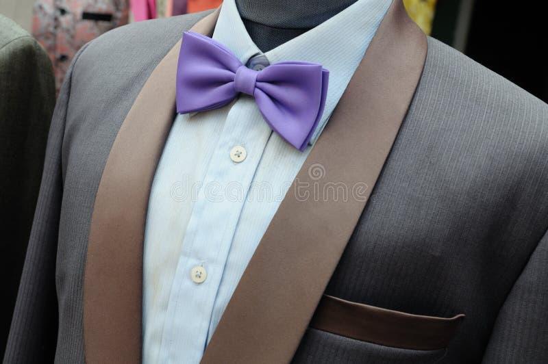 Κοστούμι με τον πορφυρό δεσμό τόξων στα headless μανεκέν στοκ φωτογραφίες με δικαίωμα ελεύθερης χρήσης