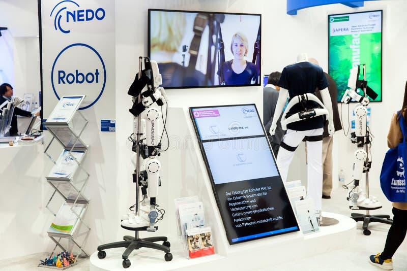 Κοστούμι HAL ρομπότ Cyberdyne για την παροχή των ιατρικών περιθάλψεων για τη λειτουργική βελτίωση των ασθενών με εγκεφαλικό, νευρ στοκ εικόνα