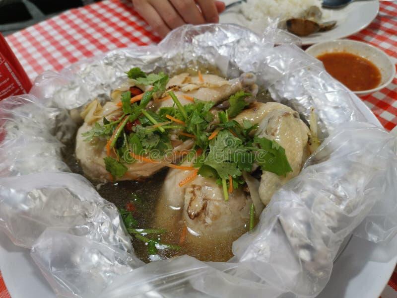 Κοτόπουλο με φυτική σούπα στοκ εικόνα με δικαίωμα ελεύθερης χρήσης