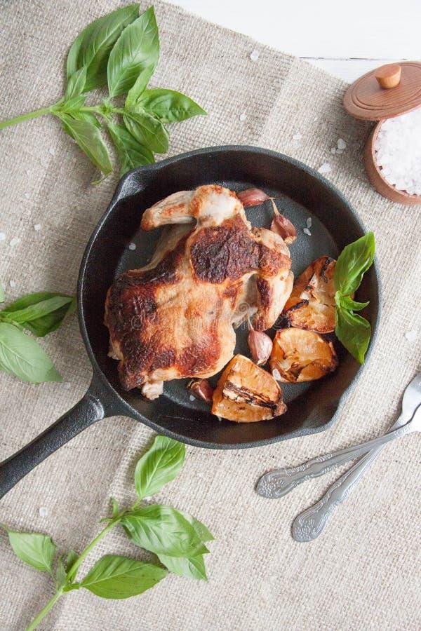 Κοτόπουλο που ψήνεται με το λεμόνι στοκ φωτογραφία με δικαίωμα ελεύθερης χρήσης