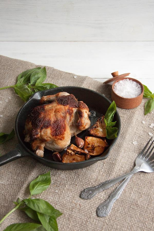 Κοτόπουλο που ψήνεται με το λεμόνι στοκ εικόνες με δικαίωμα ελεύθερης χρήσης