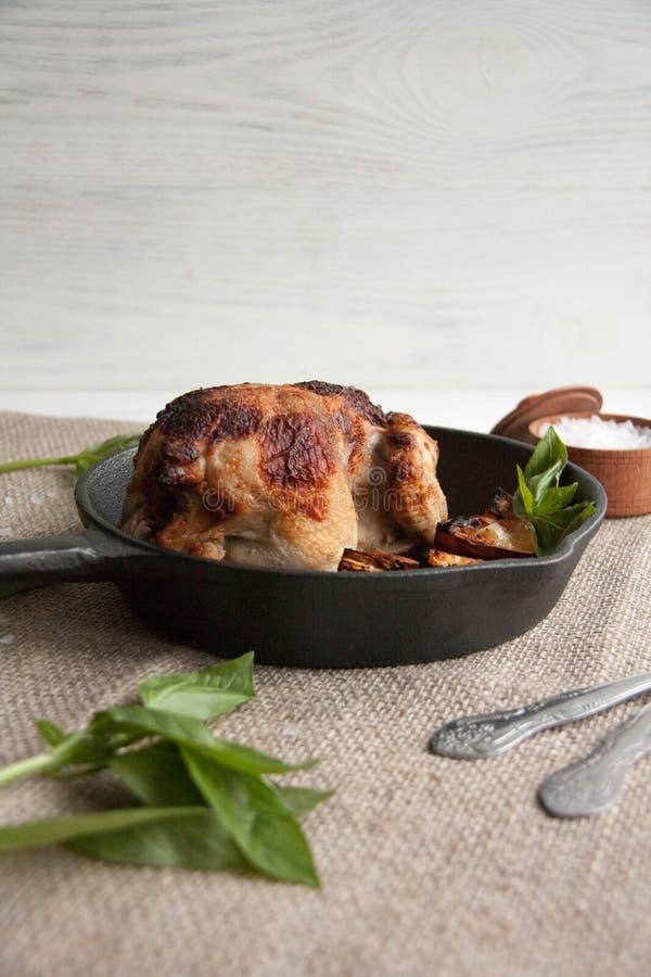 Κοτόπουλο που ψήνεται με το λεμόνι στοκ φωτογραφίες