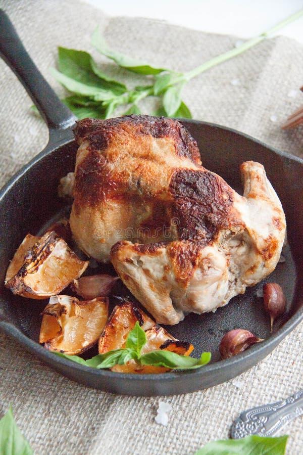 Κοτόπουλο που ψήνεται με το λεμόνι στοκ εικόνες