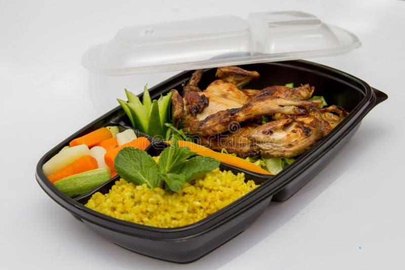 Κοτόπουλο, ρύζι, και βρασμένο στον ατμό γεύμα λαχανικών στοκ εικόνα