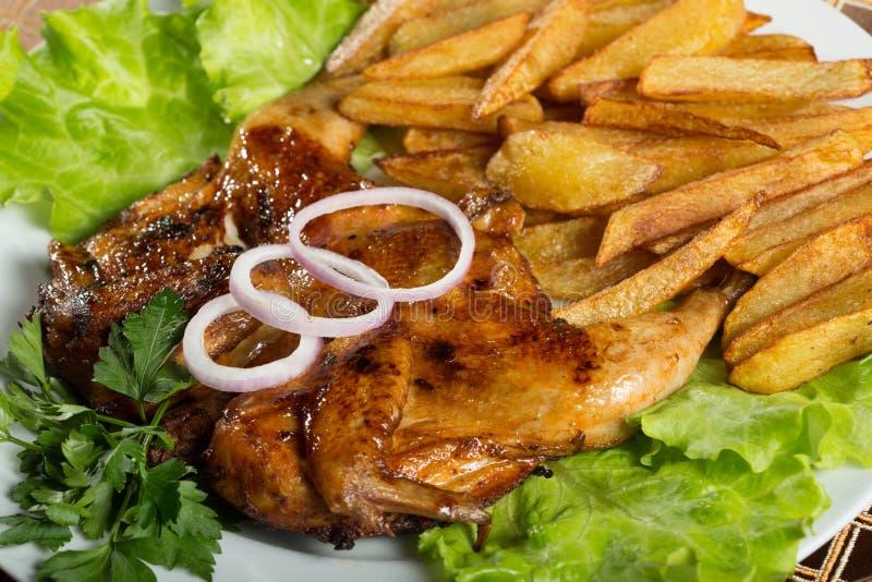 Κοτόπουλα καπνών με τις τηγανισμένες πατάτες στοκ φωτογραφίες με δικαίωμα ελεύθερης χρήσης