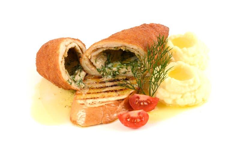 Κοτόπουλο και Κίεβο με τις πολτοποιηίδες πατάτες Η λωρίδα μπριζολών γέμισε το juicy βούτυρο, πράσινα τυριών στο άσπρο υπόβαθρο στοκ εικόνα με δικαίωμα ελεύθερης χρήσης