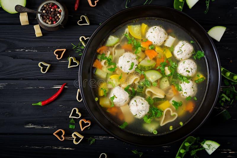 Κοτόπουλο και φυτική σούπα με τα κεφτή, τα κολοκύθια και τα ζυμαρικά στοκ φωτογραφία με δικαίωμα ελεύθερης χρήσης
