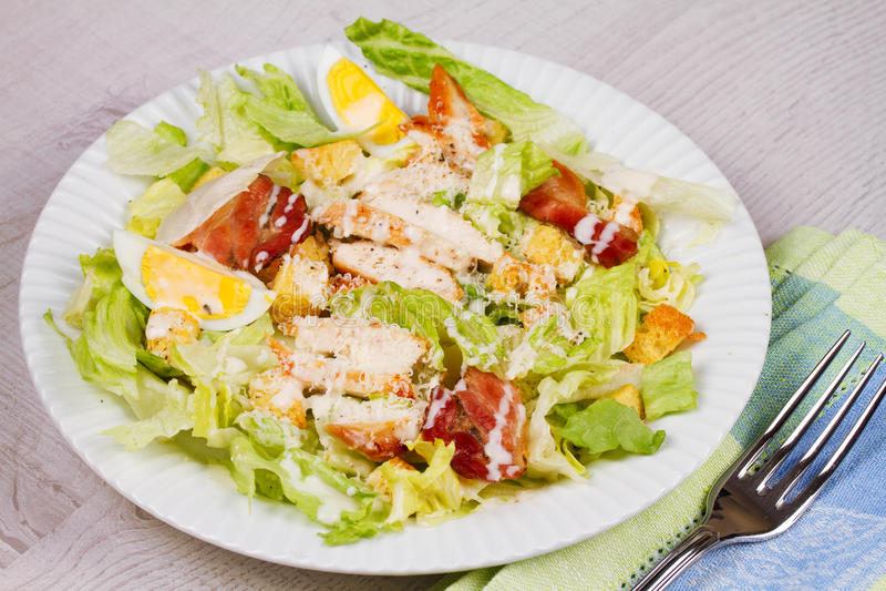 Κοτόπουλο, μπέϊκον, αυγά και σαλάτα Breadsticks στοκ εικόνες