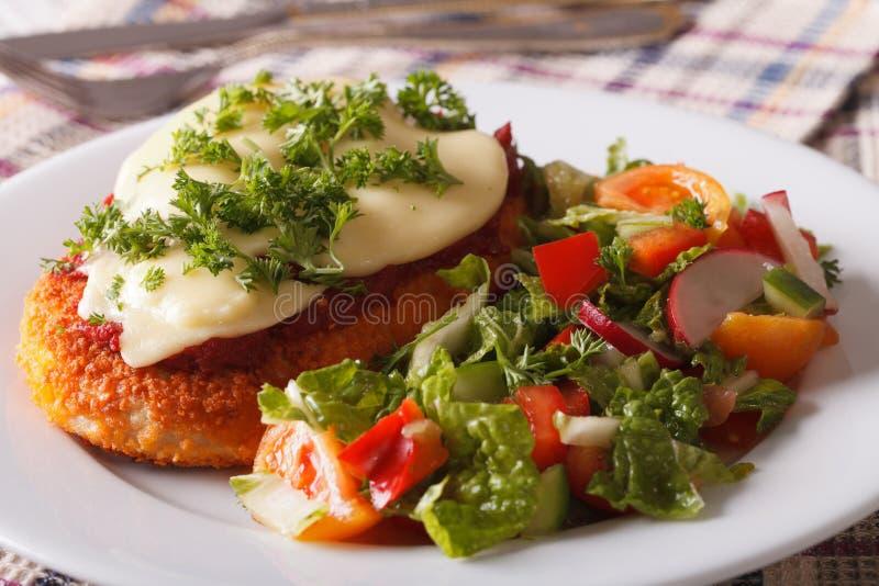 Κοτόπουλο Parmigiana και κινηματογράφηση σε πρώτο πλάνο σαλάτας φρέσκων λαχανικών στοκ φωτογραφία