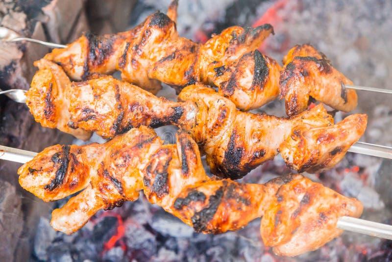 Κοτόπουλο shish kebab που ψήνει στους άνθρακες στοκ φωτογραφία με δικαίωμα ελεύθερης χρήσης