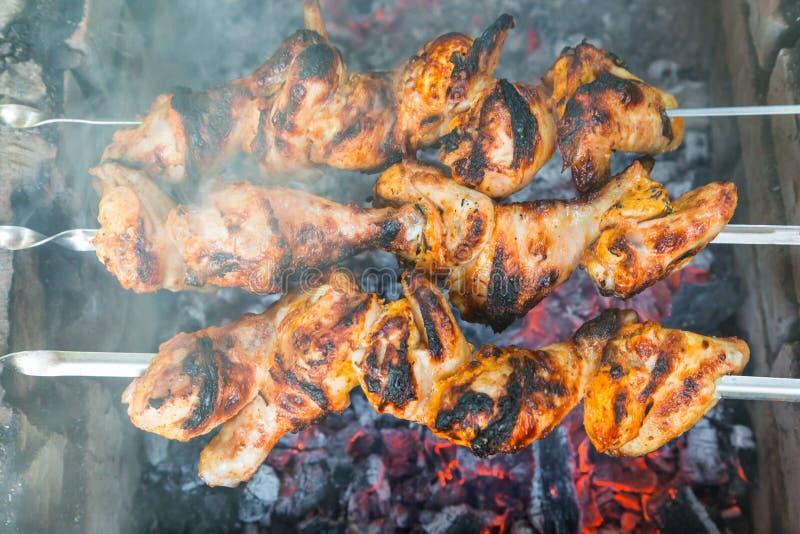 Κοτόπουλο shish kebab που ψήνει στους άνθρακες στοκ εικόνα με δικαίωμα ελεύθερης χρήσης
