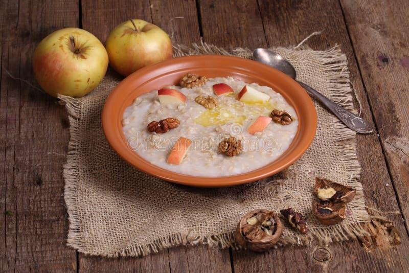 Κουάκερ με τα καρύδια και τα μήλα στοκ εικόνα με δικαίωμα ελεύθερης χρήσης