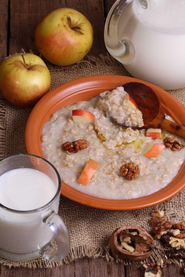Κουάκερ με το γάλα, τα καρύδια και τα μήλα στοκ φωτογραφία με δικαίωμα ελεύθερης χρήσης