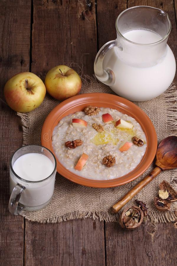 Κουάκερ με το γάλα, τα καρύδια και τα μήλα στοκ εικόνες