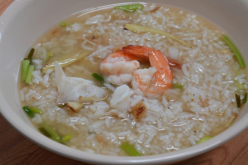 Κουάκερ ρυζιού με τις γαρίδες και το καλαμάρι στοκ εικόνα