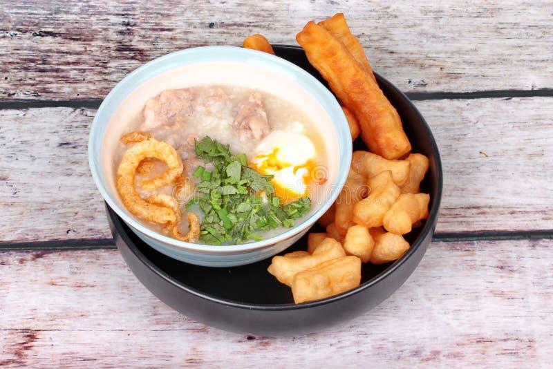 Κουάκερ ρυζιού χοιρινού κρέατος ` s που εξυπηρετείται με το τσιγαρισμένο ραβδί ζύμης στοκ εικόνες