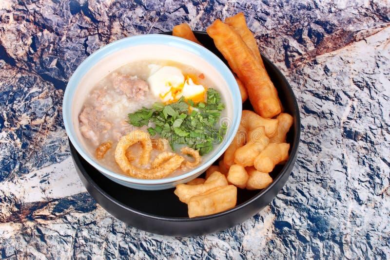 Κουάκερ ρυζιού χοιρινού κρέατος ` s που εξυπηρετείται με το τσιγαρισμένο ραβδί ζύμης στοκ φωτογραφίες