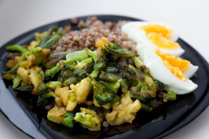 Κουάκερ φαγόπυρου με τα βρασμένα αυγά, τα λαχανικά και το μπρόκολο στοκ εικόνες με δικαίωμα ελεύθερης χρήσης