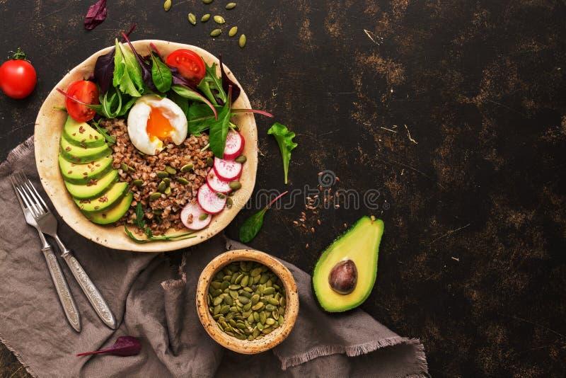 Κουάκερ φαγόπυρου με το βρασμένα αυγό, το αβοκάντο, το ραδίκι, chard τα φύλλα, το arugula, την ντομάτα, τις κολοκύθες σπόρων και  στοκ φωτογραφίες με δικαίωμα ελεύθερης χρήσης