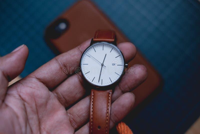 Κουάλα Λουμπούρ, Μαλαισία - 31 Αυγούστου 2018: Μινιμαλιστικό ρολόι με το iphone 7 στοκ εικόνες