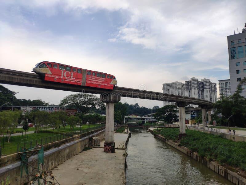 Κουάλα Λουμπούρ, Μαλαισία - 19 Ιουνίου 2019: Το τραίνο περνά από τη γέφυρα στοκ φωτογραφίες με δικαίωμα ελεύθερης χρήσης