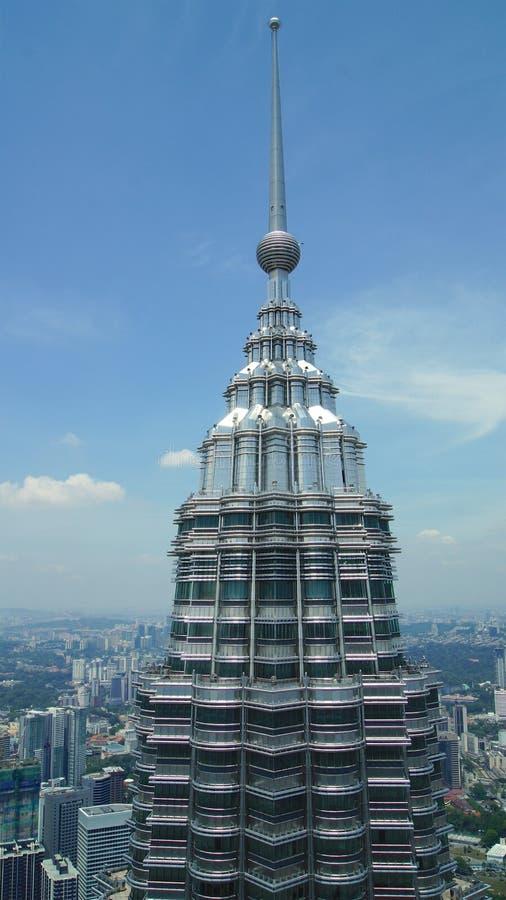 ΚΟΥΆΛΑ ΛΟΥΜΠΟΎΡ, ΜΑΛΑΙΣΙΑ - 12 Απριλίου 2015: Λεπτομέρεια της κορυφής των πύργων Petronas στη Κουάλα Λουμπούρ που αντιμετωπίζοντα στοκ φωτογραφία με δικαίωμα ελεύθερης χρήσης