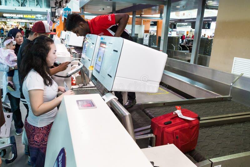 ΚΟΥΆΛΑ ΛΟΥΜΠΟΎΡ, ΜΑΛΑΙΣΙΑ, ΣΤΙΣ 18 ΙΟΥΝΊΟΥ 2018: Η χρησιμοποίηση επιβατών στοκ εικόνα