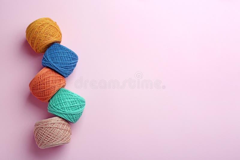 Κουβάρια του πλεξίματος των νημάτων στο υπόβαθρο χρώματος Ράβοντας ουσία στοκ φωτογραφία