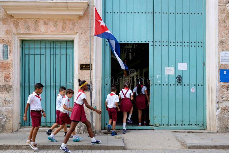 Κουβανικά παιδιά που μπαίνουν σε ένα δημοτικό σχολείο στην Αβάνα στοκ εικόνες