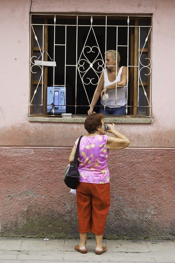 Κουβανικές κυρίες που μιλούν στο παράθυρο στοκ εικόνες