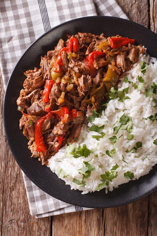 Κουβανική κουζίνα: το κρέας vieja ropa με το ρύζι διακοσμεί την κινηματογράφηση σε πρώτο πλάνο στοκ εικόνες με δικαίωμα ελεύθερης χρήσης