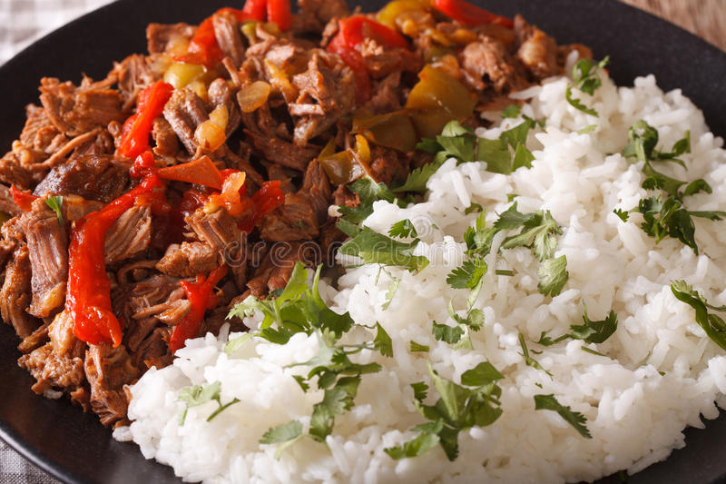 Κουβανική κουζίνα: το κρέας vieja ropa με το ρύζι διακοσμεί τη μακροεντολή horizont στοκ εικόνες με δικαίωμα ελεύθερης χρήσης