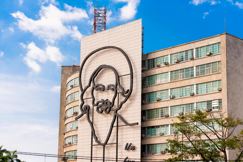 ΚΟΥΒΑ, ΑΒΑΝΑ - 5 ΜΑΐΟΥ 2017: Εικόνα του Camilo Cienfuegos στο τετράγωνο επαναστάσεων Διάστημα αντιγράφων για το κείμενο στοκ φωτογραφία με δικαίωμα ελεύθερης χρήσης