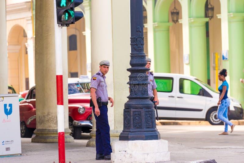 ΚΟΥΒΑ, ΑΒΑΝΑ - 5 ΜΑΐΟΥ 2017: Ο κουβανικός αστυνομικός στην οδό πόλεων στοκ φωτογραφίες
