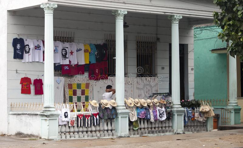 ΚΟΥΒΑ, SANTA ΚΛΆΡΑ 2 ΦΕΒΡΟΥΑΡΊΟΥ 2013: κατάστημα αναμνηστικών με τα καπέλα αχύρου, μπλούζες με ένα πορτρέτο Che Guevara και άλλα  στοκ φωτογραφία με δικαίωμα ελεύθερης χρήσης