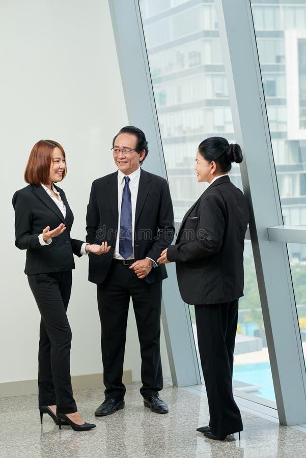 Κουβεντιάζοντας συνάδελφοι στοκ εικόνες
