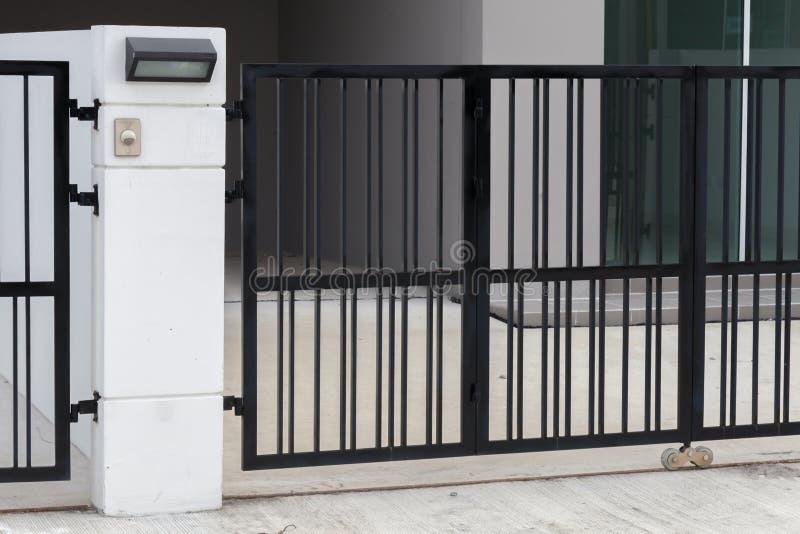 Κουδούνι πορτών στην πύλη στοκ φωτογραφίες