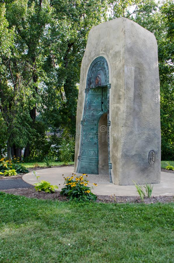 Κουδούνι του γλυπτού μνημείων δύο φίλων είναι από την πόλη αδελφών Minneapolis' Ibarki Ιαπωνία στοκ εικόνες
