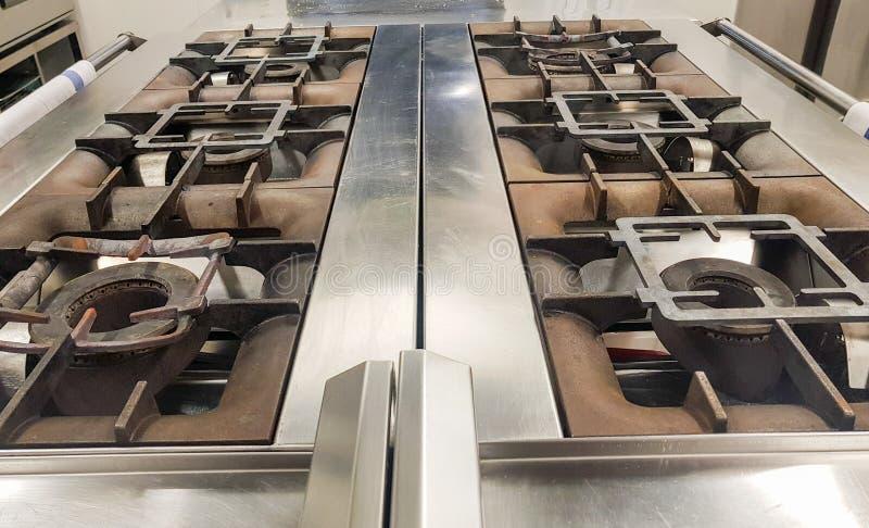 κουζίνα αερίου έξι καυστήρων σε ένα επαγγελματικό εστιατόριο στοκ εικόνα