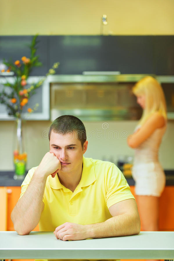 κουζίνα ζευγών λυπημένη στοκ φωτογραφίες