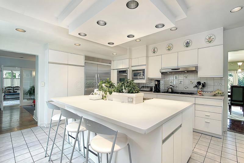 Κουζίνα με άσπρο cabinetry στοκ εικόνες