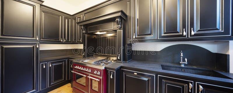 Κουζίνα με τις μαύρες ξύλινες πόρτες και τους άσπρους τοίχους στοκ εικόνα με δικαίωμα ελεύθερης χρήσης