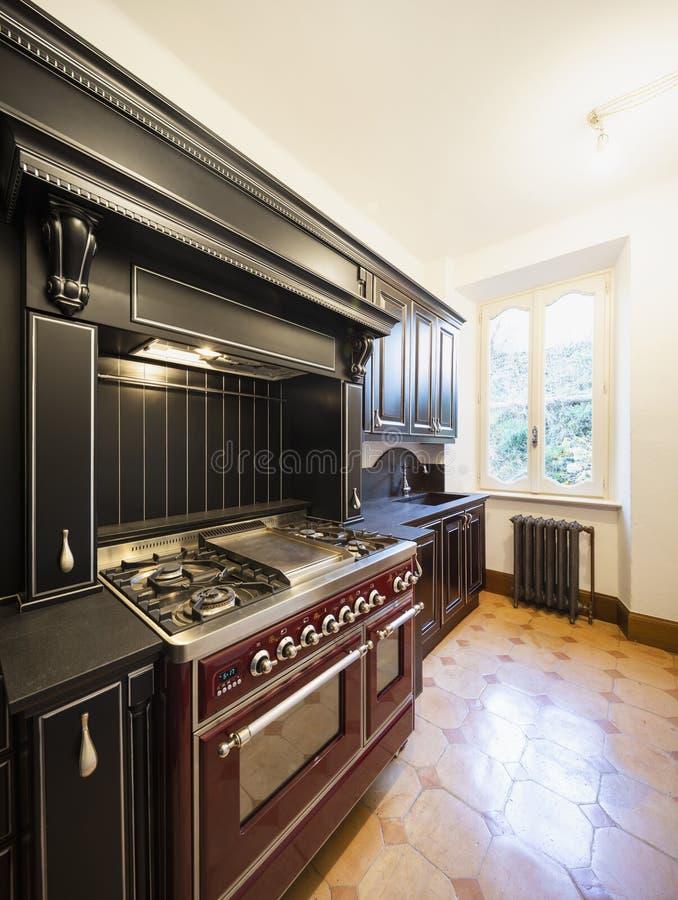 Κουζίνα με τις μαύρες ξύλινες πόρτες και τους άσπρους τοίχους στοκ φωτογραφίες με δικαίωμα ελεύθερης χρήσης