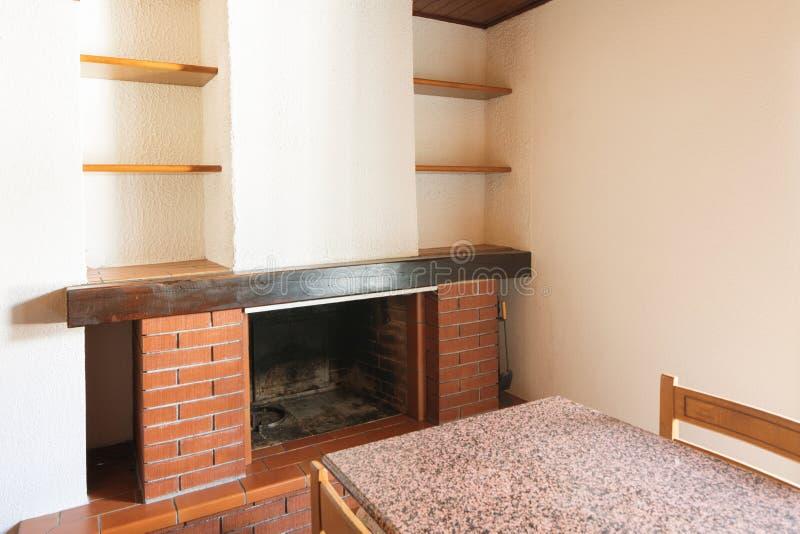 Κουζίνα με τον πίνακα και τα ξύλινα έπιπλα στοκ φωτογραφίες με δικαίωμα ελεύθερης χρήσης