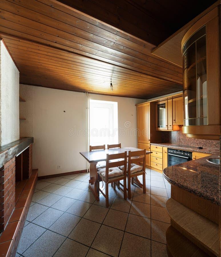 Κουζίνα με τον πίνακα και τα ξύλινα έπιπλα στοκ φωτογραφία
