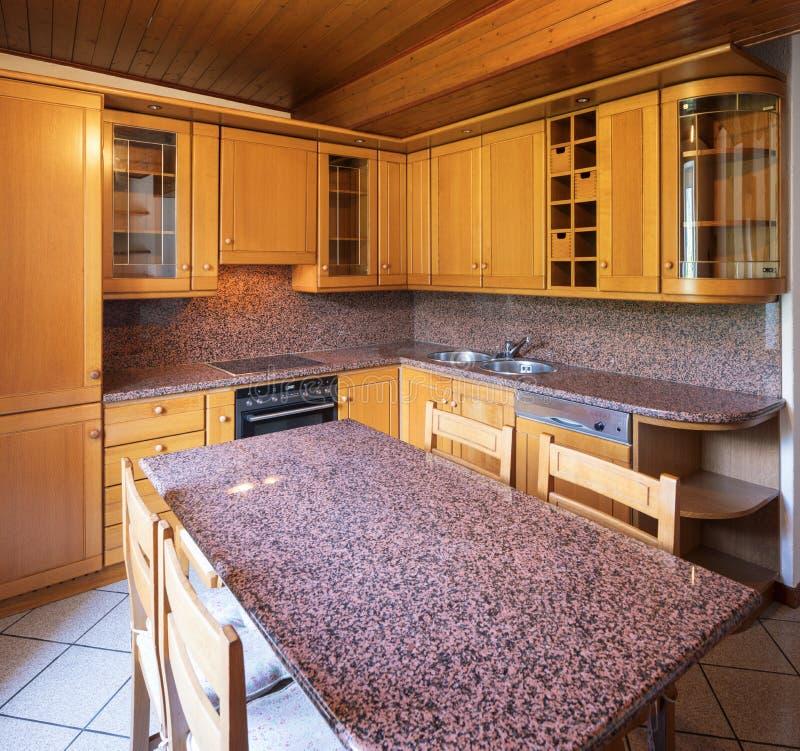 Κουζίνα με τον πίνακα και τα ξύλινα έπιπλα στοκ εικόνα